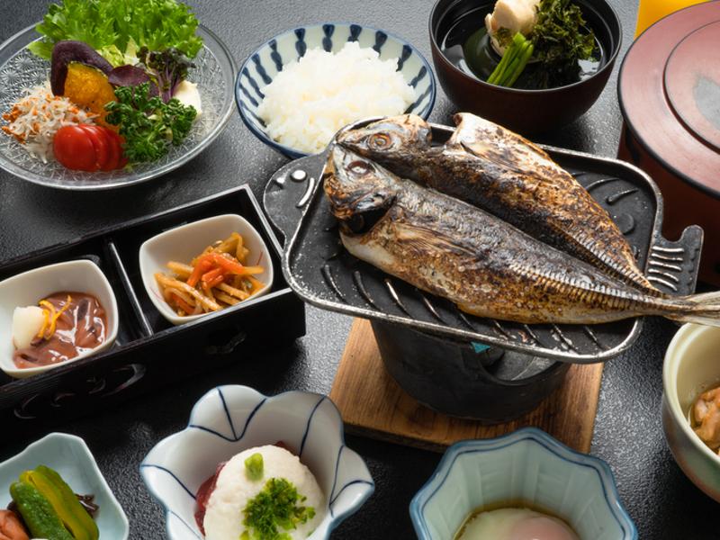 熱川館の朝食は 安心の部屋食で和食です。